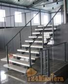 Лестница со ступенями из рифленого алюминия
