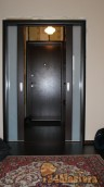 Входная дверь Микрон Эталон на заднем плане. Перед ней отк...