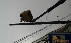 спил аварийного деревянного столба по частям