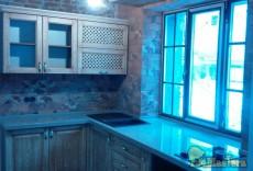 Кухня с фасадами из массива, столешница из искусственного камня переходящая в подоконник, ...