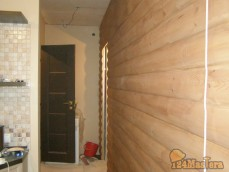 Одна из стен облицована блокхаусом