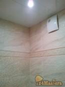 Монтаж реечного потолка в ванной комнате с точечными светильниками и эл. вытяжкой