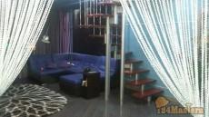 Установка декоративной лестницы для входа на второй этаж. ...