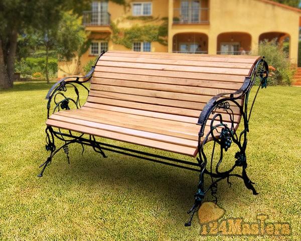 Кованая скамейка в саду