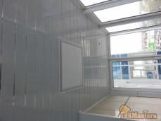 Отделка потолка на балконе с выводом светильников в Северном