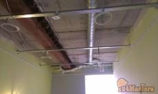 Опустили потолок на 46 см, чтоб скрыть балку и трубы вентиляции. Использовали профиль для ...