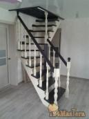 Лестница из массива натуральной древесины.