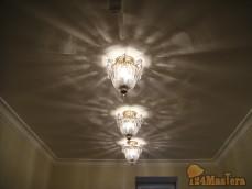 Потолочный светильник фабрики Schonbek в гардеробной комнате.