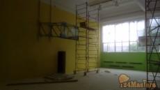 Покраска спортзала в школе.