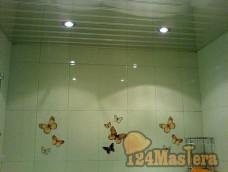 потолок в ванной с точечными светильниками
