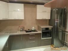 Кухня с фасадами из крашенного МДФ и столешница из искусственного камня, укомплектовано мо...