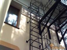 Пожарная лестница с площадкой под сафитом.