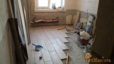 Пол на кухне и в коридоре